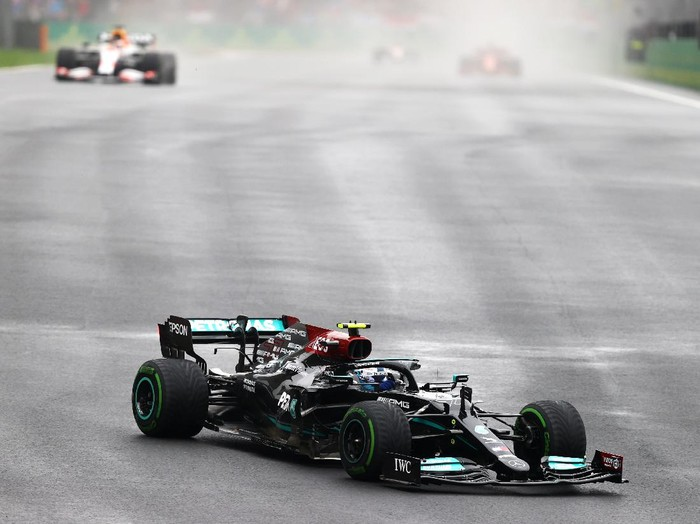 ISTANBUL, TURKEY - OCTOBER 10: Valtteri Bottas of Finland driving the (77) Mercedes AMG Petronas F1 Team Mercedes W12 during the F1 Grand Prix of Turkey at Intercity Istanbul Park on October 10, 2021 in Istanbul, Turkey. (Photo by Bryn Lennon/Getty Images)