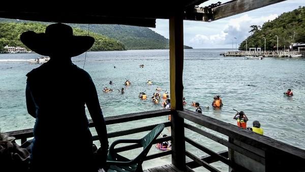 Pantai Rubiah merupakan salah satu destinasi wisata bagi penikmat snorkling.