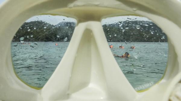 Wisatawan dapat menyewa alat snorkling dengan harga Rp 50.000.