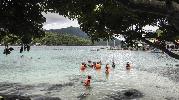 Wisata snorkling dilakukan di sekitaran Pantai Rubiah.