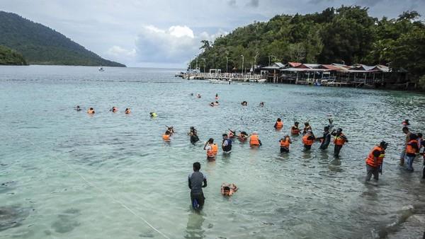 Wisatawan berenang di Pantai Rubiah, Sabang, Aceh, Sabtu (9/10/2021).