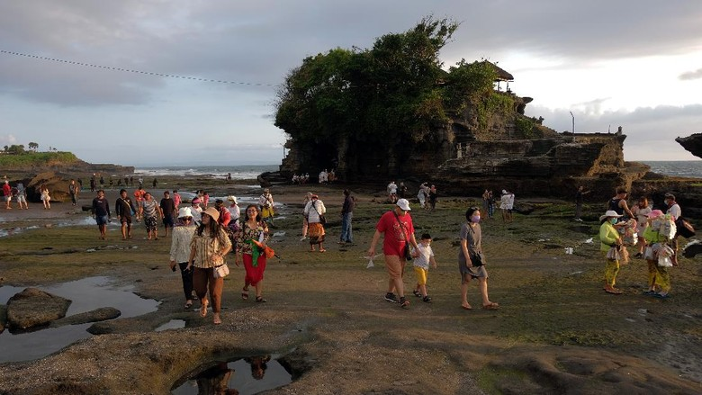 Pekerja membersihkan area hotel yang akan digunakan sebagai tempat karantina bagi wisatawan mancanegara di Hotel Griya Santrian, Sanur, Denpasar, Bali, Senin (11/10/2021). Kantor Kesehatan Pelabuhan (KKP) Kelas I Denpasar menyiapkan 35 hotel untuk karantina yang telah lolos verifikasi dan penambahan sebanyak 20 hotel yang masih proses verifikasi sebagai tempat karantina untuk mengantisipasi lonjakan kedatangan wisatawan mancanegara yang mengunjungi Pulau Dewata menjelang dibukanya pariwisata Bali pada 14 Oktober 2021 mendatang. ANTARA FOTO/Nyoman Hendra Wibowo/foc.