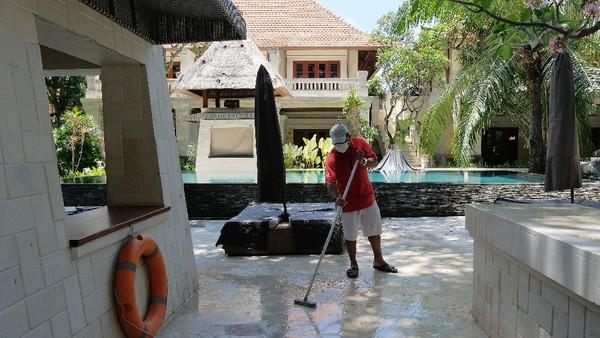 Pekerja membersihkan kamar yang akan digunakan sebagai tempat karantina bagi wisatawan mancanegara di Hotel Griya Santrian, Sanur, Denpasar, Bali, Senin (11/10/2021).