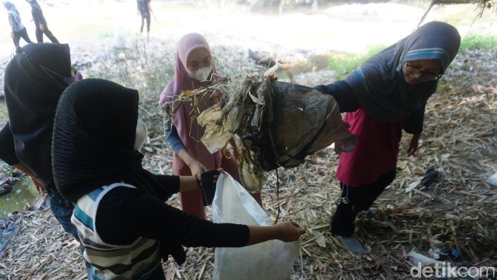 Pencinta Lingkungan Temukan Banyak Pakaian Dalam Wanita di Sungai Pasuruan