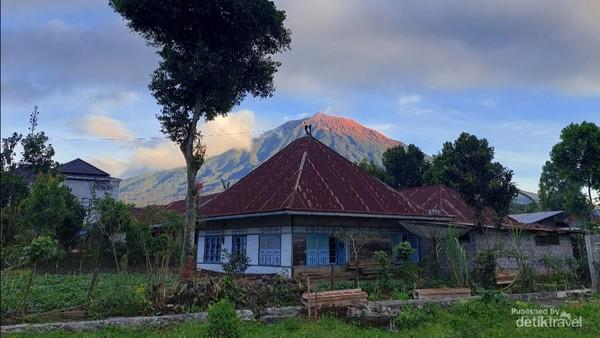 View gunung Kerinci dari halaman kafe penginapan Nayla cantik ya