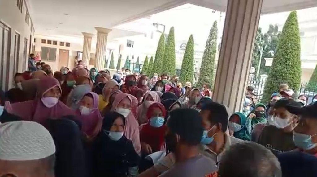 Satpol PP Jambi Bubarkan Kerumunan Warga Antre Bantuan Sosial Bank