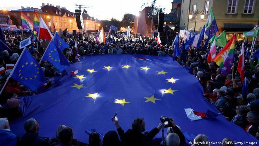 Warga Polandia Protes untuk Pertahankan Keanggotaan Uni Eropa