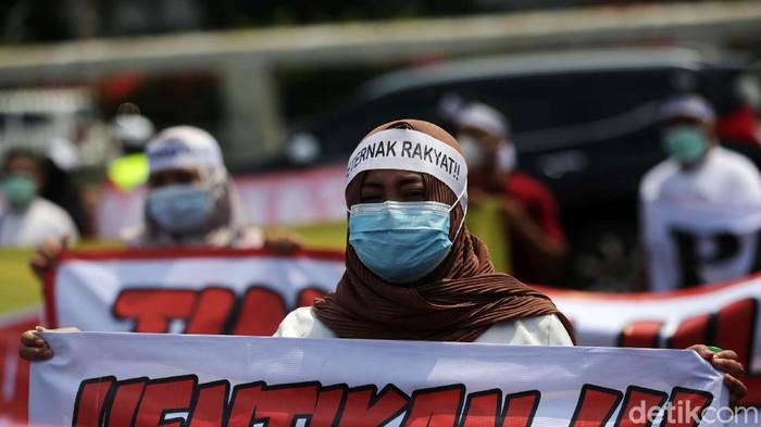 Massa yang tergabung dalam Paguyuban Peternak Rakyat Nusantara melakukan aksi unjuk rasa di depan Gedung DPR, Jakarta  Senin (11/10/2021). Aksi ini menuntut Pemerintah agar keadilan bagi para peternak ayam mandiri, yang selalu dihantui oleh ancaman monopoli perusahaan besar (korporasi) dan fluktuasi harga rugi.