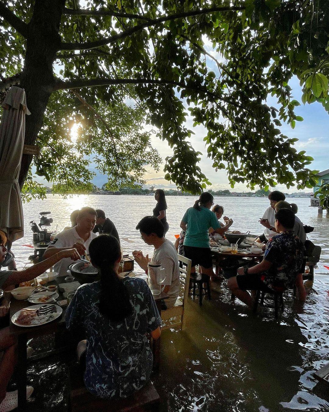Restoran di Thailand Terendam Banjir, Tapi Malah Jadi Tempat Wisata