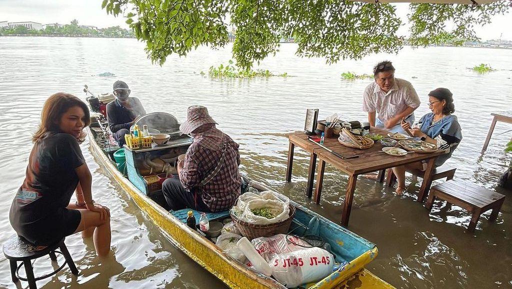 Restoran Ini Terendam Banjir Malah Dimanfaatkan untuk Wisata