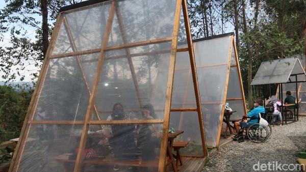 Suasana yang alami begitu menenangkan. Kursi dengan tenda segitiga transparan yang berjejer rapi menadi ikon Ruang Lapang. (Wisma Putra/detikcom)