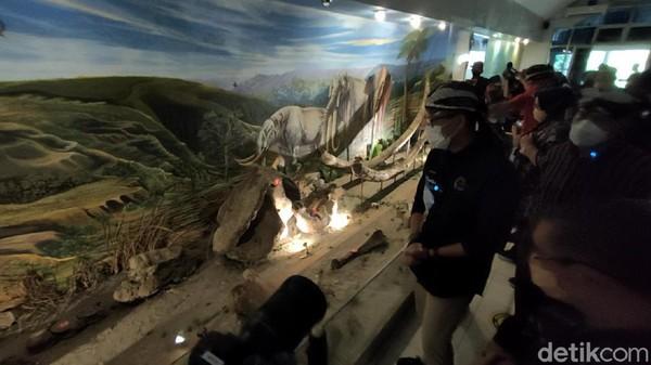 Setibanya di Museum Sangiran, Sandiaga langsung memesan tiket di loket pintu masuk museum. Tak tanggung-tanggung, Sandiaga memborong 500 lembar tiket seharga total 4 juta rupiah. (Andika Tarmy/detikTravel)