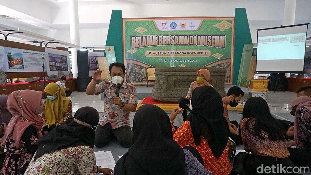 Generasi Muda Kota Kediri Diajak Belajar Aksara Jawa Kuno di Hari Museum Nasional