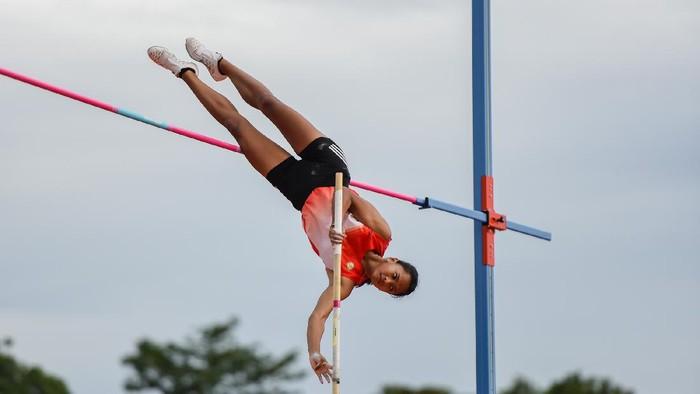 Atlet lompat tinggi galah DKI Jakarta Diva Renata melakukan lompatan pada final lompat galah putri PON XX Papua di Stadion Atletik, Mimika Sport Complex, Selasa (12/10/2021). PB PON XX Papua / Rommy Pujianto