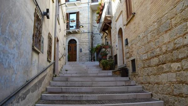 Melihat ini, Walikota Biccari, Gianfilippo Mignogna memiliki ide untuk menjual rumah di sana dengan harga hanya 1 euro. (CNN/Biccari)