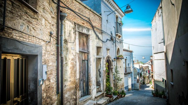 Rumah-rumah di kota ini telah ditinggalkan oleh penghuninya dan jadi kumuh.(CNN/Biccari)