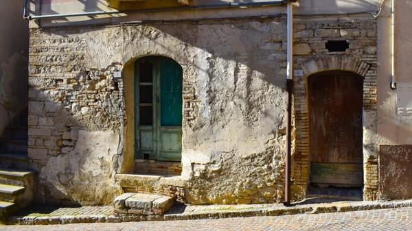 Rumah yang dijual murah juga akan bermanfaat bagi mereka yang berusaha meringankan beban pajak dan pemeliharaan sebuah rumah tua yang tidak digunakan selama bertahun-tahun.(CNN/Biccari)