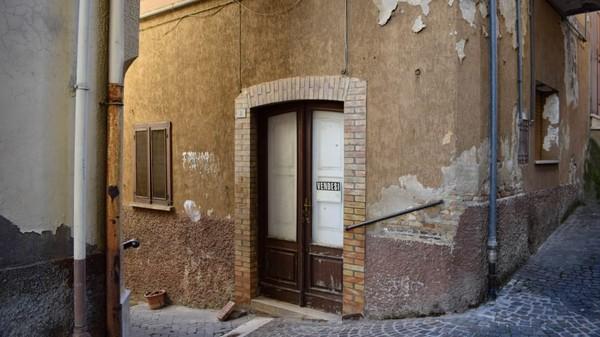 Rumah-rumah tersebut dibanderol dengan harga 1 euro atau sekitar Rp 16 ribuan. Bisa dibilang, harganya tak jauh beda dengan sepiring nasi goreng.(CNN/Biccari)