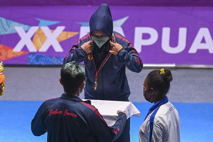 Lifter Susi Susanti Asal Jawa Barat Peraih Medali Emas dan  telah memecahkan Rekor Asia Angkatan Dead Lift dari Cina TPE Chou Yi Ju Angkatan dari 192.5 Kg Menjadi 197.5 KG pada PON XX Papua di Auditorium Universitas Cenderawasih , Abepura KOta Jayapura. Senin (11-10-2021)