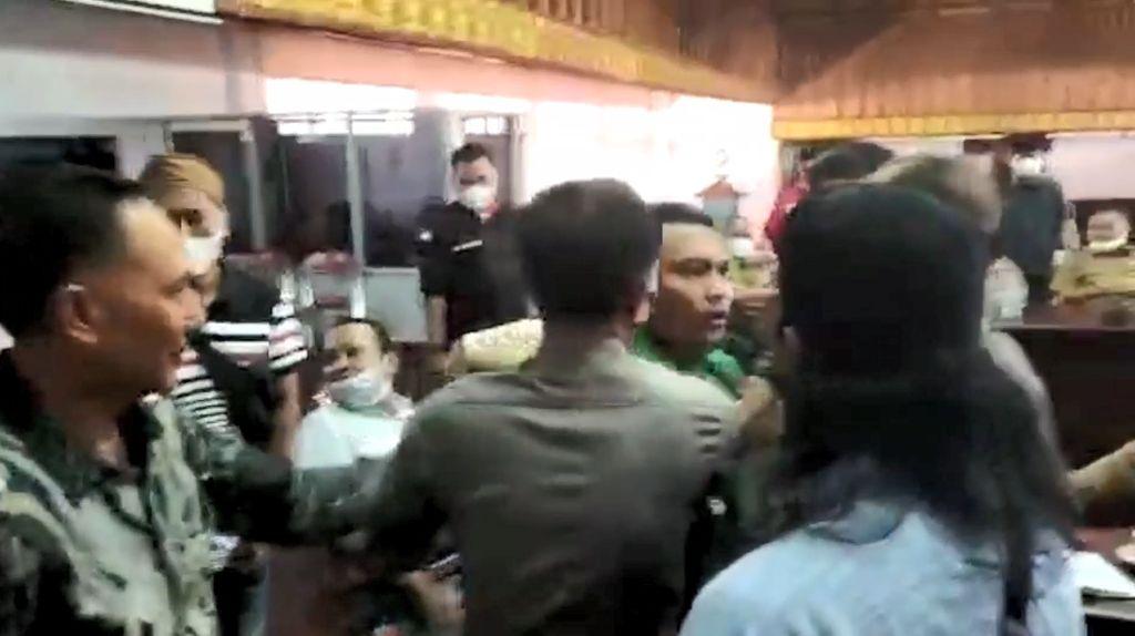 Panas! Anggota Dewan di Jambi Nyaris Baku Hantam dengan Warga