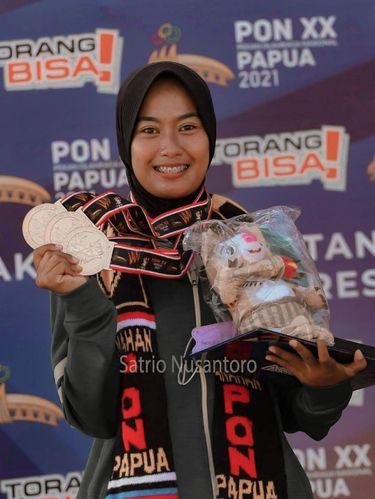 Peraihan 3 medali emas di cabang olahraga Panahan dengan nomor aduan individu putri, beregu putri, dan aduan beregu mixtim, pada ajang PON 2021.