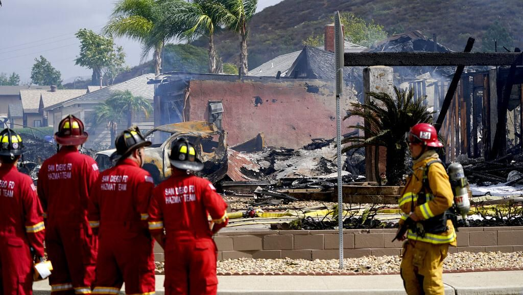 Potret Evakuasi Korban Pesawat Jatuh di Permukiman California AS