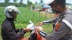 Vaksinasi untuk pelajar terus dikebut di Palembang. Sementara di Gorontalo, polisi melakukan razia kartu vaksin dan meminta warga untuk divaksin.