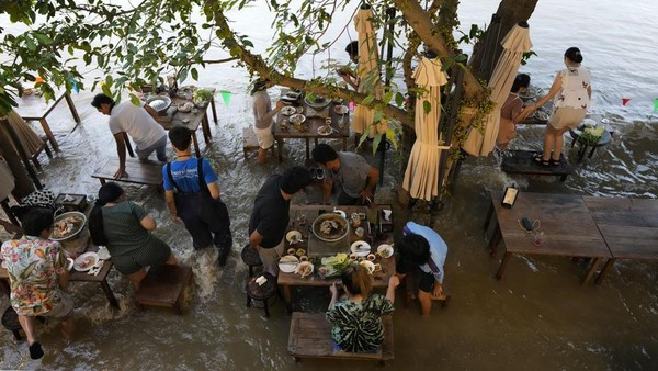 Chaopraya Antique Cafe didatangi banyak pengunjung. Bahkan, harus reservasi dulu sebelum makan di sini. (Sakchai Lalit/AP)
