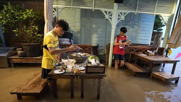 Chaopraya Antique Cafe berlokasi di Nonthaburi, dekat Bangkok. Restoran ini dibuka pada bulan Februari di tepi sungai dental dekorasi antik.(Sakchai Lalit/AP)