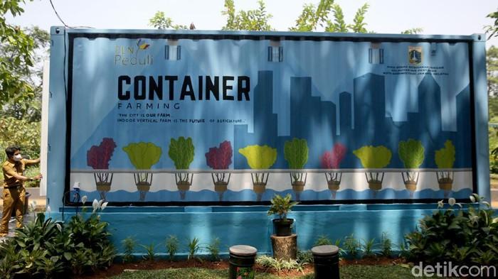 Kegiatan berkebun makin diminati di masa pandemi COVID-19 oleh masyarakat urban. Container farming ini pun bisa jadi solusi berkebun dengan lahan yang minim.