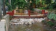 Sampah Menumpuk di Saluran Tanah Baru Perlu Diangkut demi #CegahBanjir