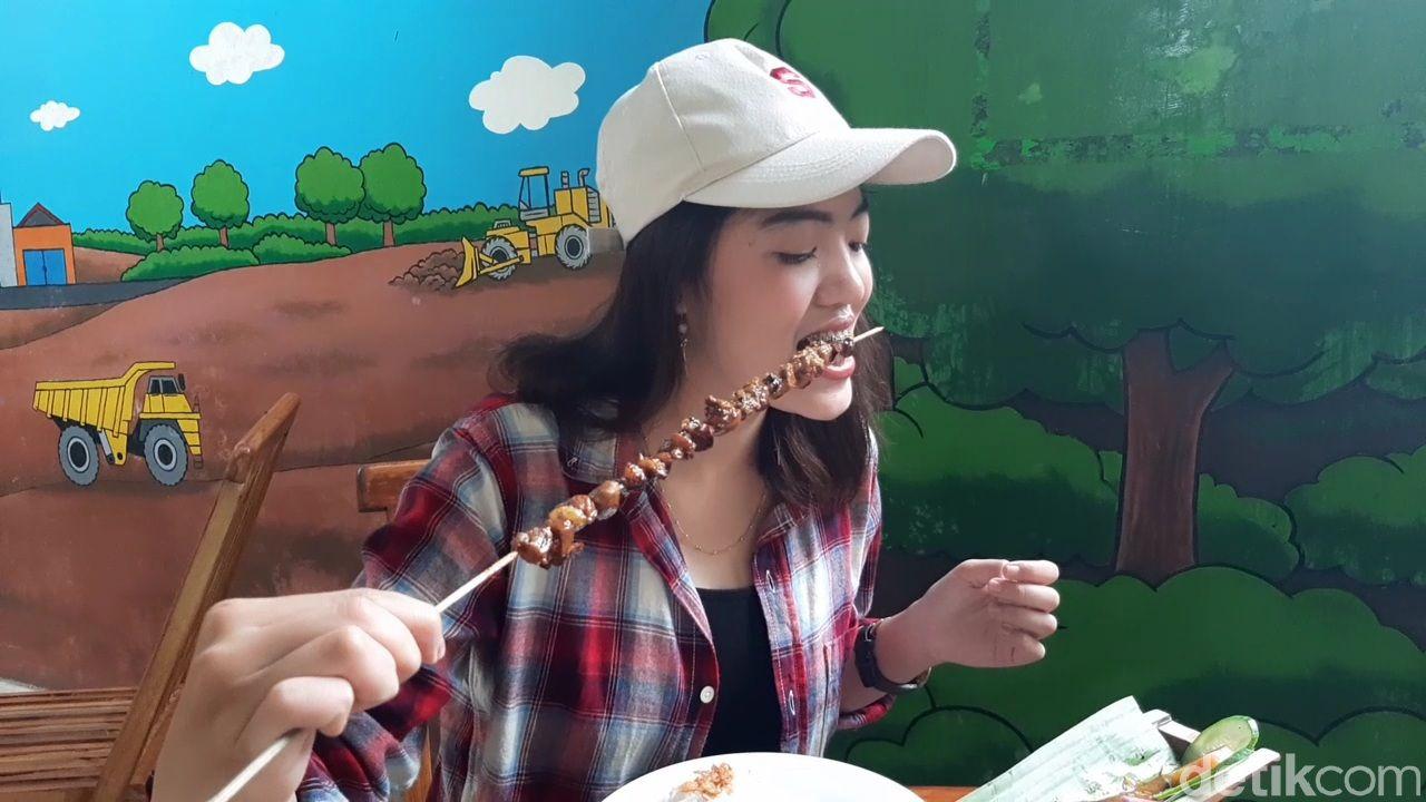 Seru! Ini Sensasi Makan Sate Bebek Sepanjang 50 Cm di Banyumas