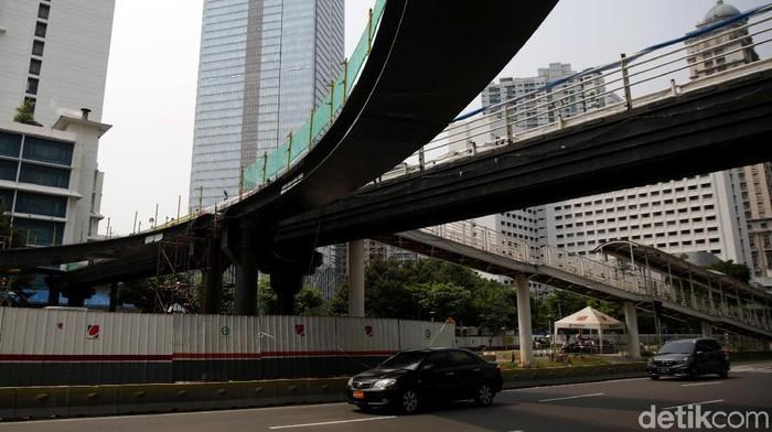 Pembangunan jembatan penyeberangan orang di Jalan Sudirman, Jakarta, terus berlangsung. JPO ini pun ditargetkan rampung pada November 2021.