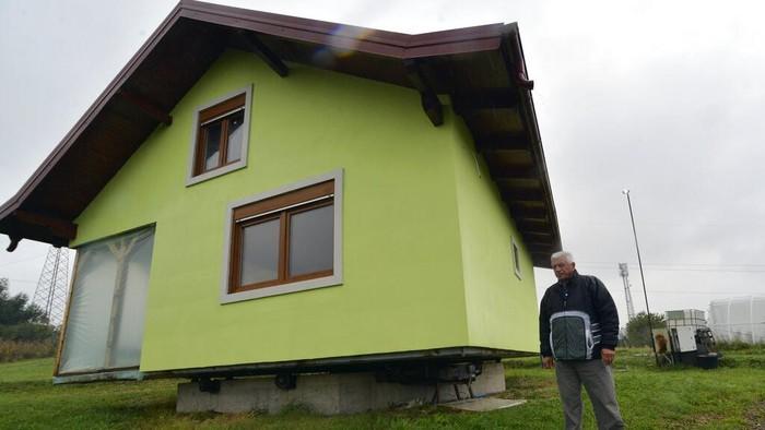 Vojin Kusic (72) membangun rumah yang bisa diputar 360 derajat. Rumah itu dibangun untuk menyenangkan istrinya yang suka melihat pemandangan dari berbagai arah.