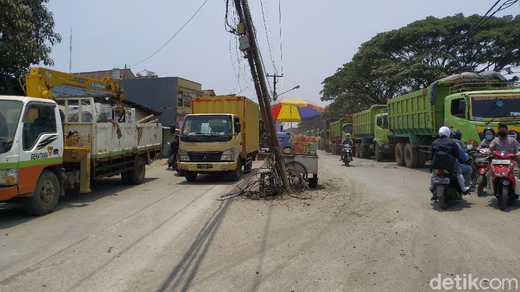 Jl Raya Perancis Tangerang: Permukaan Hancur, Tiang-tiang di Tengah Jalan