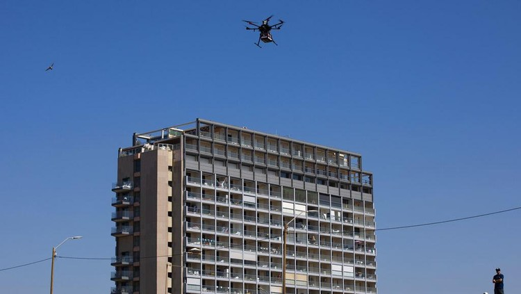 Langit Tel Aviv ramai oleh drone yang tengah diuji coba dalam operasi uji Inisiatif Drone Nasional. Sejumlah barang dibawa drone itu mulai sushi hingga es krim.