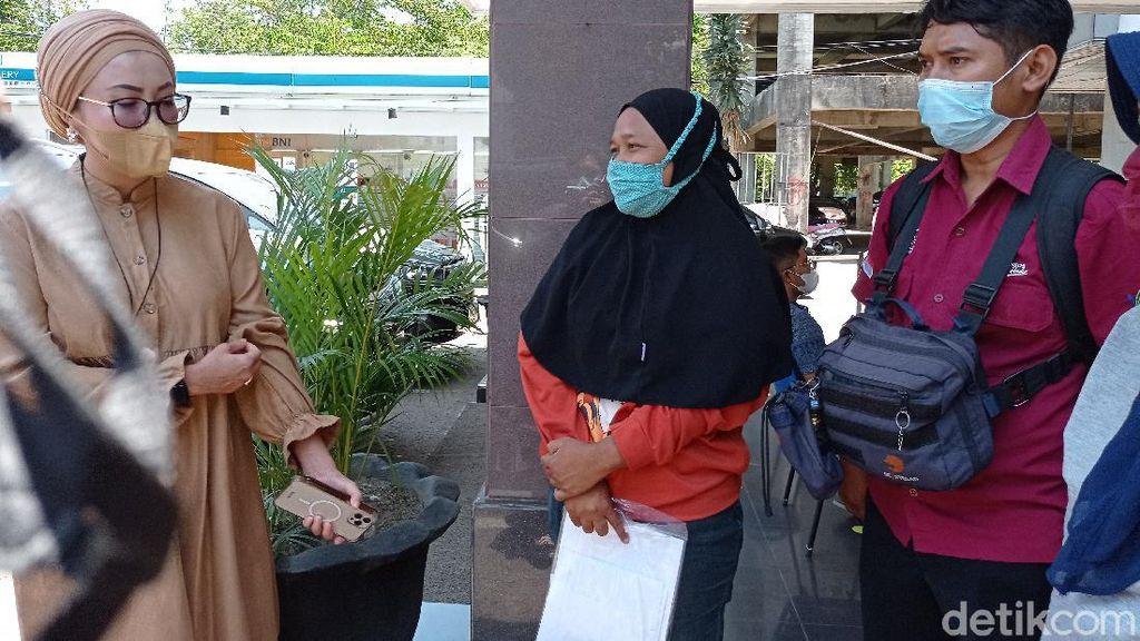 Cerita Warga Cirebon Antre Berjam-jam Demi Cairkan Bantuan
