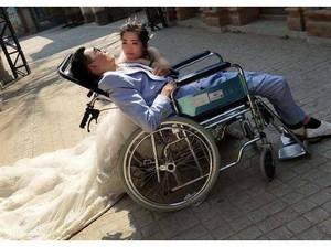 Viral Foto Pernikahan Pria Lumpuh dengan Wanita Cantik, Faktanya Mengharukan