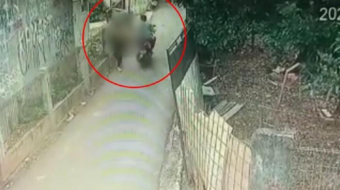 Aksi Begal Payudara di Cipayung terekam CCTV