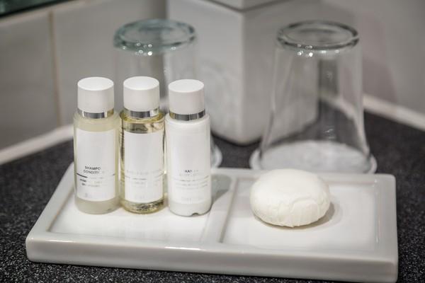 Juga bath kit yang dikasih hotel seperti sabun, sikat dan pasta gigi, cotton bud juga bisa dibawa pulang.(iStock)
