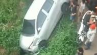 Detik-detik Mobil Tabrak Lari 2 Motor Lalu Terperosok ke Parit di Depok