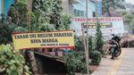 Nah Loh! Spanduk Tanah Belum Dibayar Mejeng di JPO Tapal Kuda