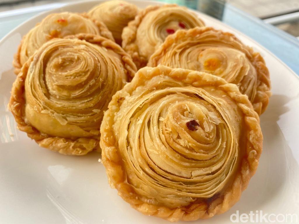 Pastel Mama Yam: Puas Ngemil Pastel Pastry Isi Ragout dan Lotus Biscoff yang Melimpah