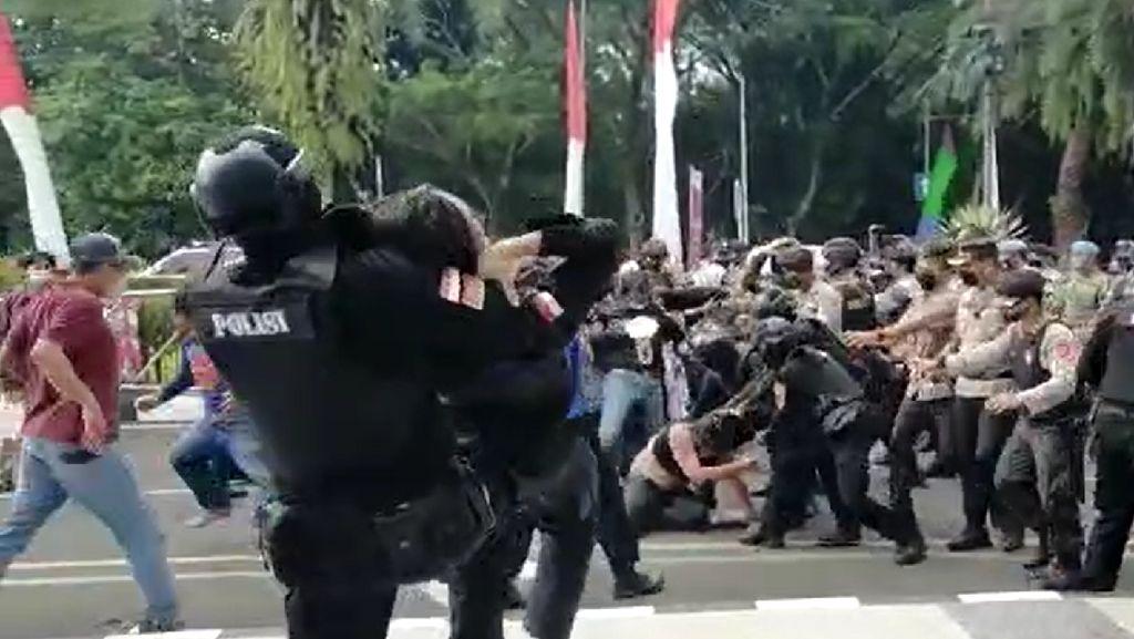 Jabar Hari Ini: Teras Cihampelas Mati Suri-Polisi Smackdown Mahasiswa Ditahan