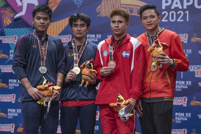 Foto Bersama para peraih Medali di Nomor Perorangan Putra Cabang Olahraga Bulutangkis PON XX PAPUA di GOR Waringin Kota Jayapura, Rabu (13/10/2021), (FOTO : PB.PON XX PAPUA/Ronaldy Irfak)