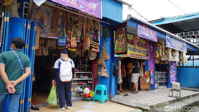 Pusat oleh-oleh di Mimika di Jl A. Yani laris manis saat PON Papua.