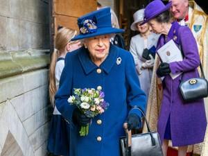Tampil Beda, Ratu Elizabeth II Disorot karena Pakai Tongkat Jalan