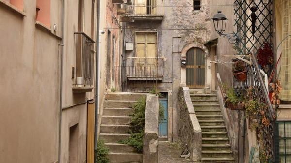 Bukan tanpa alasan, hal ini dilakukan karena banyak pembeli rumah murah Italia yang pergi begitu sala, sehingga rumah terbengkalai.(Paolo di Bacco)