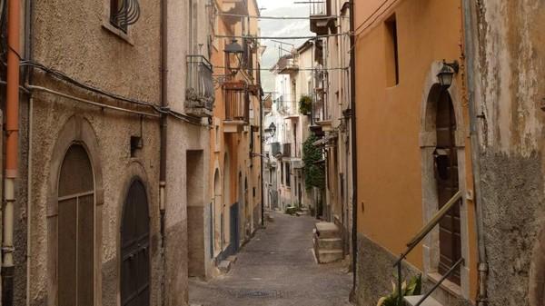 Wilayah Abruzzo, tepatnya di Kota Pratola Peligna menjual rumah seharga 1 euro. Lokasinya sekitar dua jam perjalanan ke timur Roma.(Paolo di Bacco)