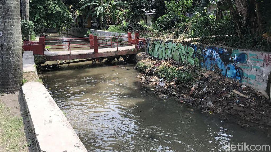 Jembatan Tanah Baru yang Rusak Halangi Sampah Dibangun Warga Sejak 90-an
